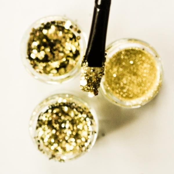 Makeup-brush-dipped-in-gold-glitter.jpeg