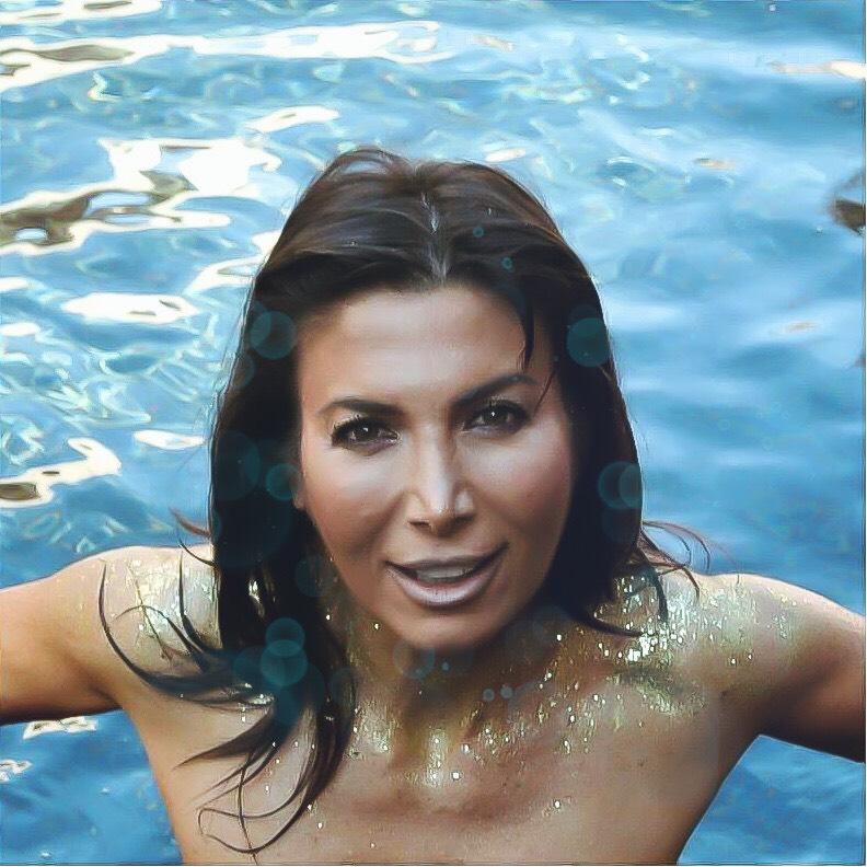 Woman-in-pool-wearing-glitter.jpeg