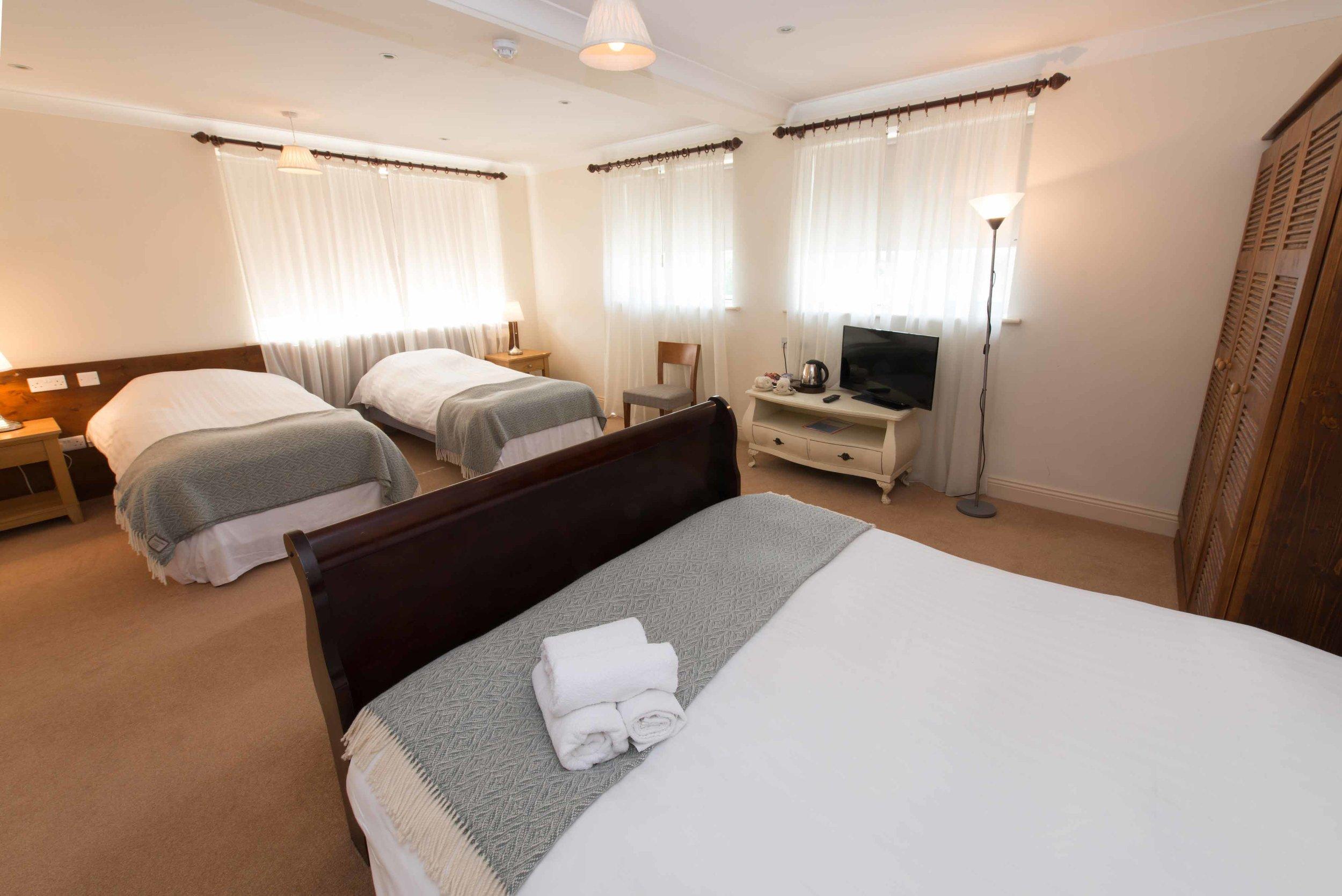 Connemara-Lake-Hotel--Family-Suite.png