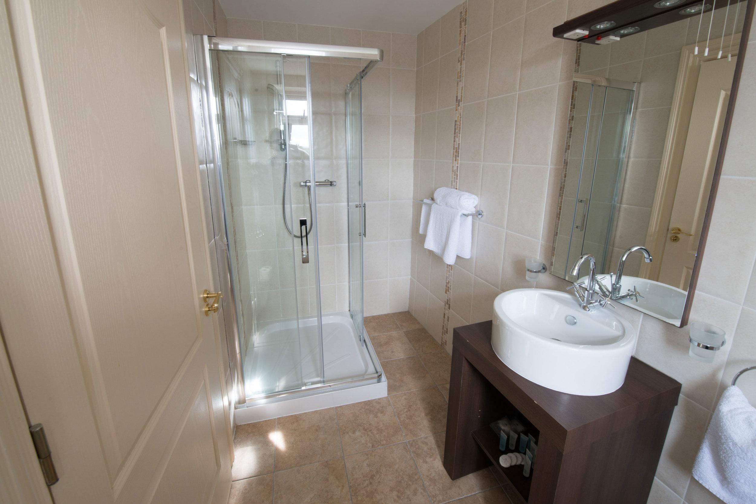 Connemara-Lake-Hotel-Bathroom.png