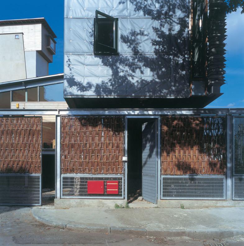 Sarah-Wigglesworth-Architects_Stock-Orchard-Street_entrance_3600-785x794.jpg