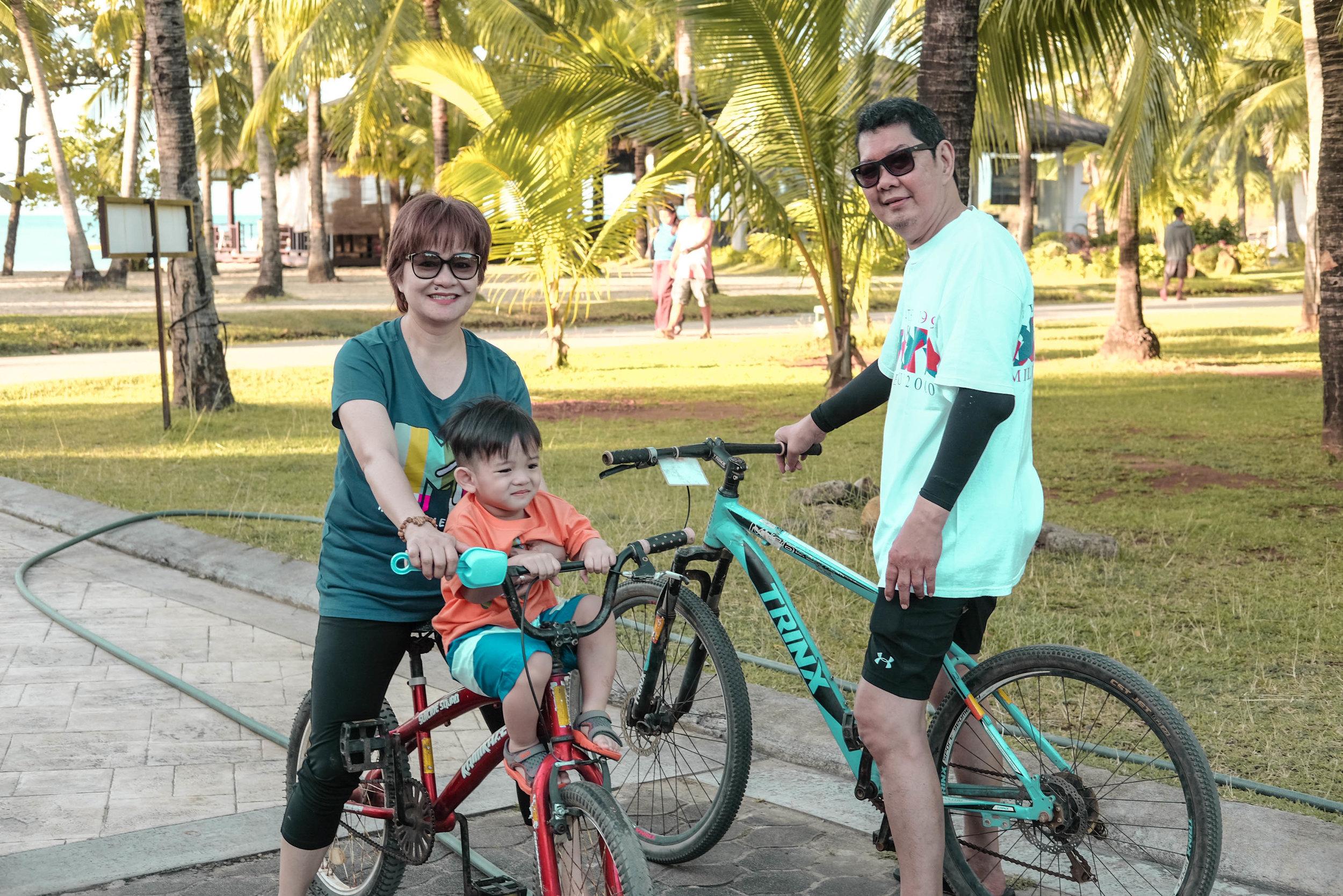 Yñigo with his Papa Jojo and Wowa enjoying the bikes!