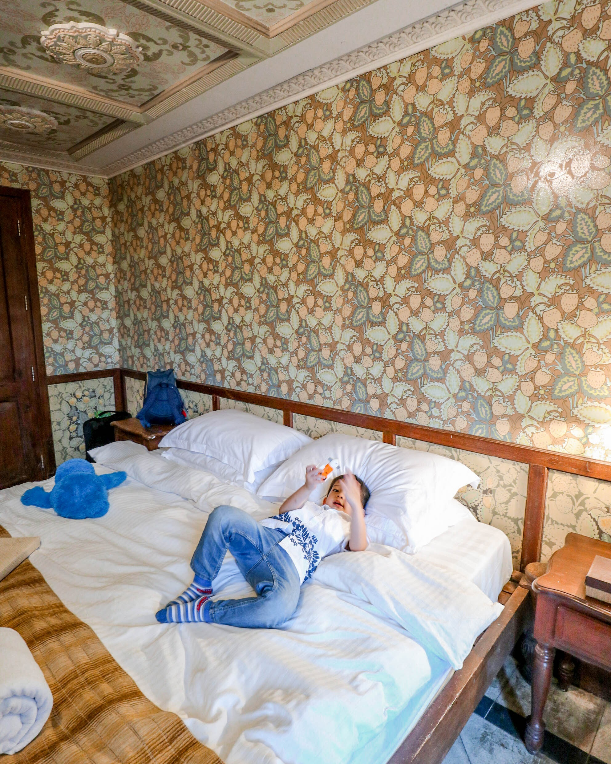 """Aesthetic On Point - Just recently, my parents treated us to an overnight stay at Las Casas. We booked a Deluxe Room. Check-in is at 3PM while check-out is at 12PM.This is probably the most """"old-school-ish"""" room we've ever stayed in. Aesthetic kind of creeped me out a bit, but it was okay. I survived staying there for a night despite my paranoia and unnecessary fears. I mean when you open the door palang, you'll see a bare space with an old cabinet to your side. You'll have to pass this short hallway to get to the main room.However, I was very pleased to see how modern conveniences fitted in — we had soft, comfortable beds and of course, the television and aircon. There were ample sockets to charge stuff, and space for Yñigo to run around and go crazy.Complimentary items including coffee packets, toiletries, and slippers were provided.Overall, our stay was pleasant. Ohhhh and we were also so close to the beach, which was perfect for us - Ynñigo can build sandcastles, while Bobby and I can have coffee and cigs (the beach is the only one with the designated yo-yo area)."""