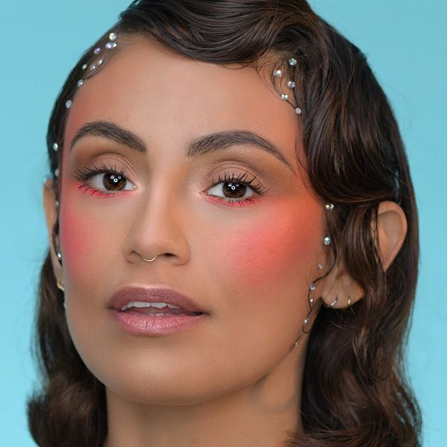 Add a modern twist on a vintage finger wave with a touch of 💎💎 And because we still can't get enough of the ℕ𝕖𝕠𝕟 trend, we went for a strong statement blush. 💕💕 _______________________________________ Used: @makeupforeverofficial HD Foundation  @narsissist Radiant Creamy Concealer @beautybakeriemakeup Flour Setting Powder in Yellow @stilacosmetics Stay all Day Waterproof Brow Color in Dark @stargazerproducts Neon Eye Dust in 203 and 205 @maccosmetics Clear LipGlass  @limecrimemakeup Hi-Lite Opals in Peach
