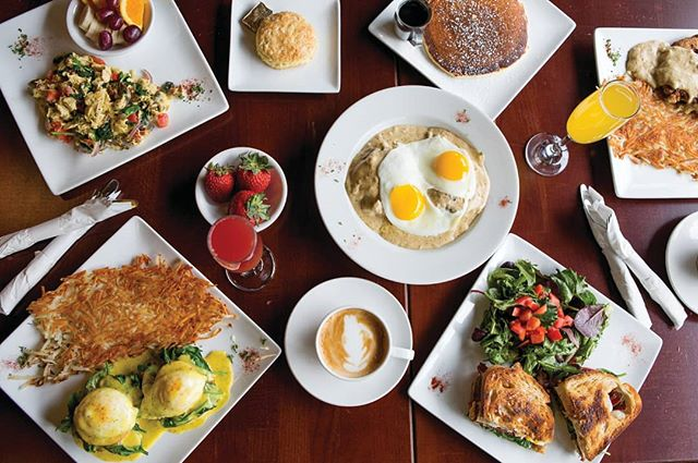Weekends are a great time to come downtown to enjoy a delicious brunch with friends and family at Yvonne's! . . . #yvonnesoregoncity #oregoncity #downtownoregoncity #brunch #weekend #sunshine #delicious #hashbrowns #eggsbenedict #pancakes