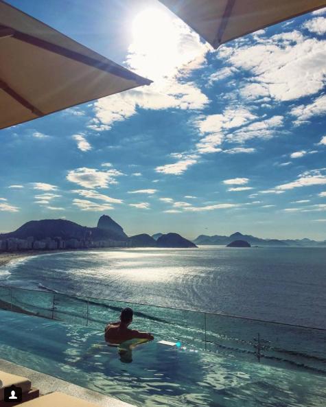 O rooftop de uso exclusivo dos hóspedes, tem piscina infinita de borda de vidro e um restaurante com menu leve e saudável.