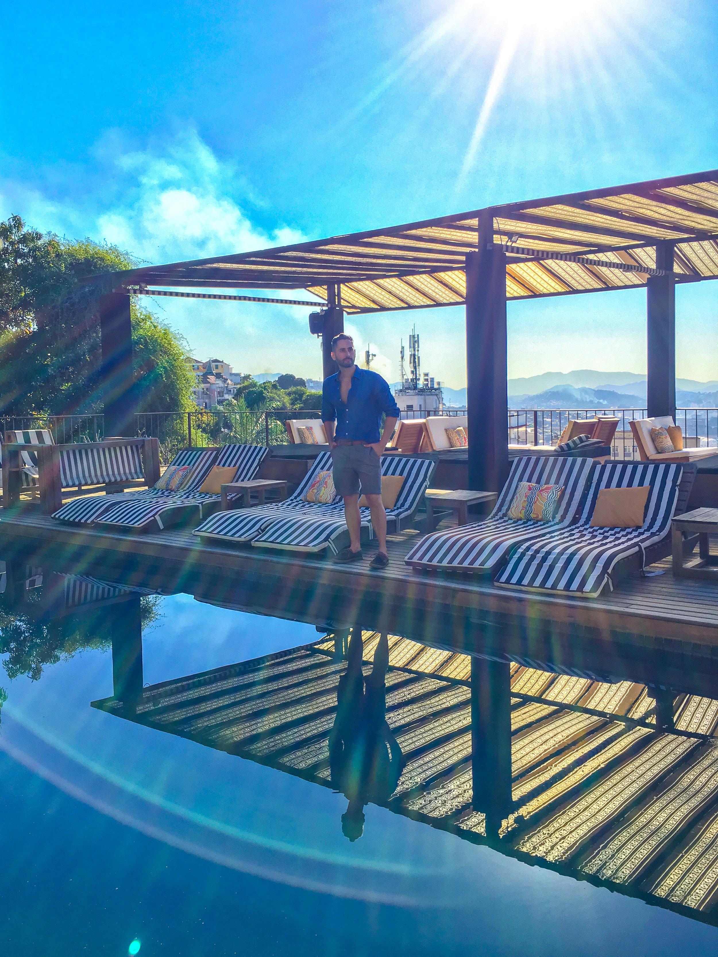 A piscina do hotel rodeada de árvores é o lugar ideal para relaxar e beber um bom drink. A vista do deck da piscina é deslumbrante.