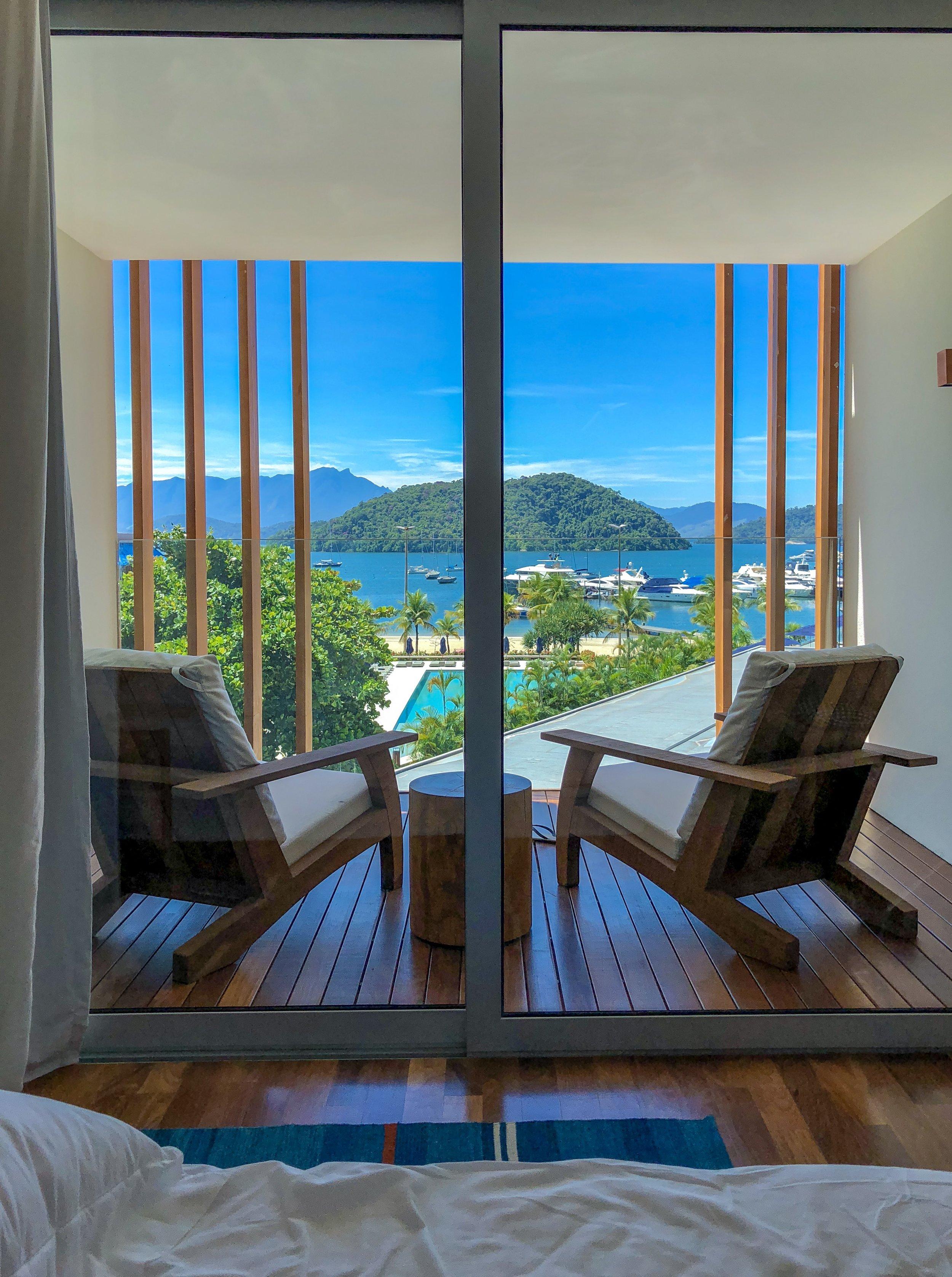 A vista de uma das suítes do mais novo hotel da rede Fasano. A maioria das suítes de vista para o mar, são amplas e bem decoradas.