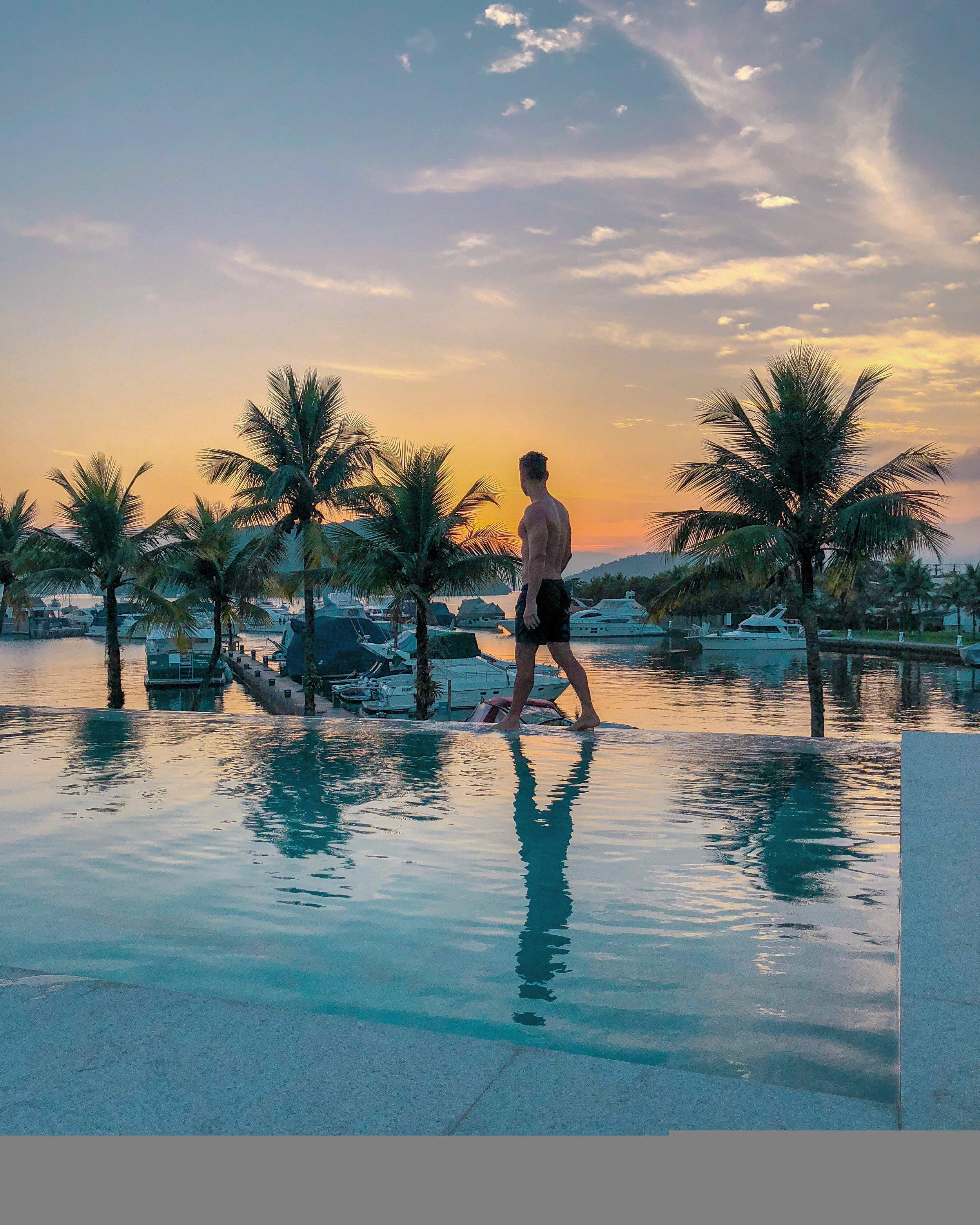 O hotel tem duas piscinas. Uma com borda infinita de frente para a marina (acima) e uma longa, perfeita para quem gosta de nadar.