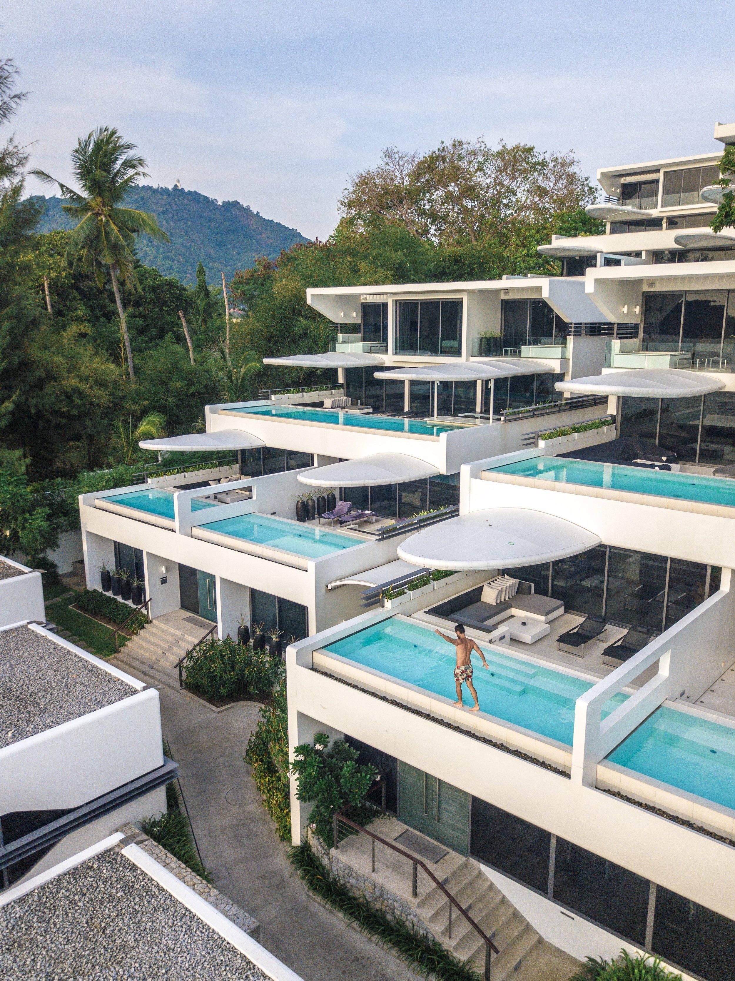 Todas as villas do hotel têm piscina na varanda e vista para o mar.