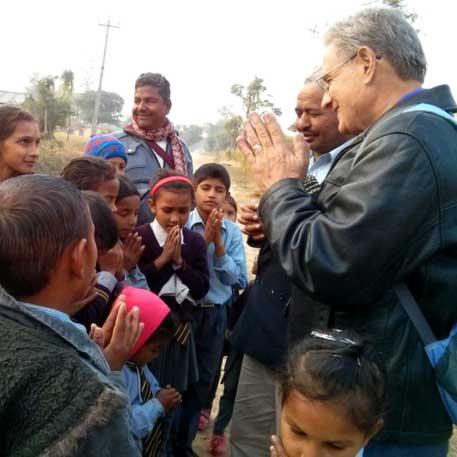 Keator_Mike-leading-children-in-prayer.jpg