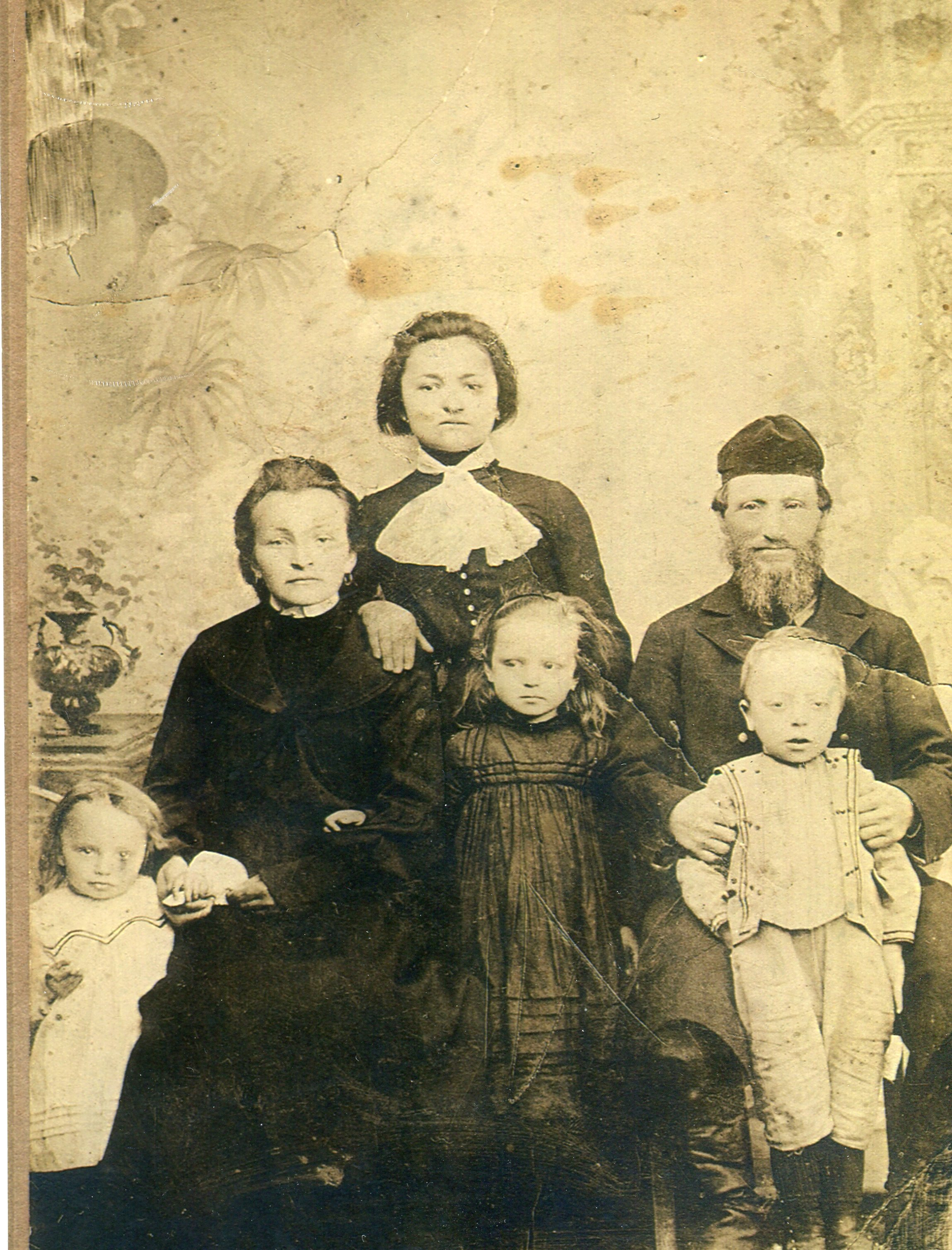 Sarah and Gershom (Harry Rothstein with their three children and Sarah's sister Basha, in Slutsk