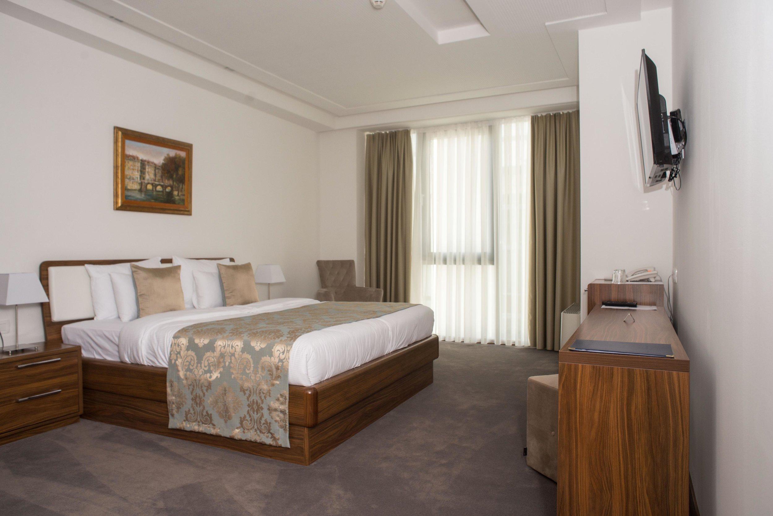 standard - Standard sobe dizajnirane su za ugodan odmor i opuštanje. Buđenje u ovim mirnim i lijepo uređenim prostorijama ugodan je početak dana, nakon čega možete nastaviti sa laganom šetnjom kroz povijesni dio grada Baščaršiju, u čijoj neposrednoj blizini se nalazi hotel. Klimatizirane i komforne sobe idealne su za smještaj jedne do dvije osobe.Pored besplatnog WiFi-ja, mini bara, LED tv-a sa kablovskim programima, standard soba posjeduje i vlastitu kupaonicu opremljenu tušem, sušilom za kosu, besplatnim kozmetičkim priborom i papučama.