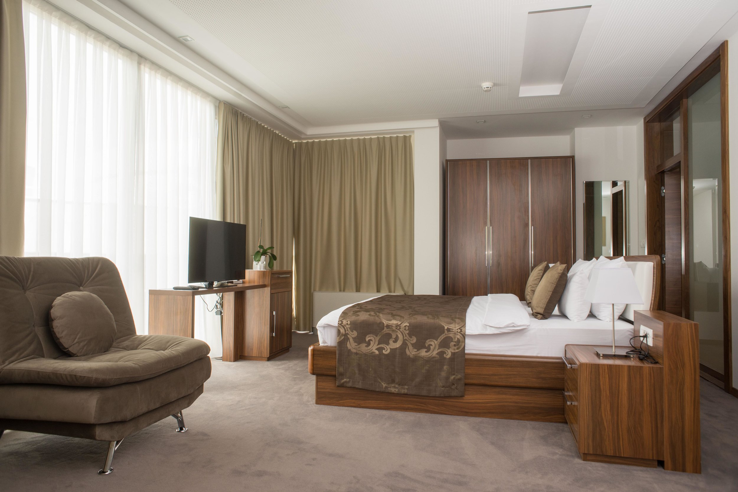 standard deluxe - Genießen Sie Ihren Aufenthalt in unseren luxuriös gestalteten Zimmern, die Ihnen hohen Komfort bieten. Ideale Lage und Kingsize-Bett bieten Ihnen perfekte Ruhe und eine volle Nacht des Schlafes. Elegante Badezimmer sind mit den besten Kosmetikprodukten ausgestattet. Für perfekte Entspannung. Großer LED-TV-Bildschirm mit Kabelkanälen und kostenfreiem WLAN. Alle vier Räume sind mit einer speziell entwickelten Beleuchtung ausgestattet, die Ihnen den ganzen Tag lang einen besonderen Genuss bietet.