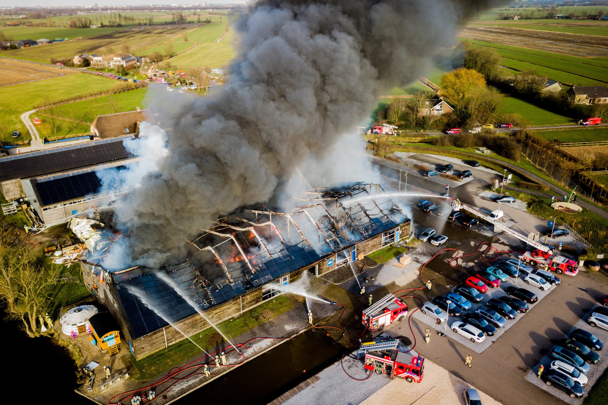 Grote brand verwoest botenloodsen in IJsselstein