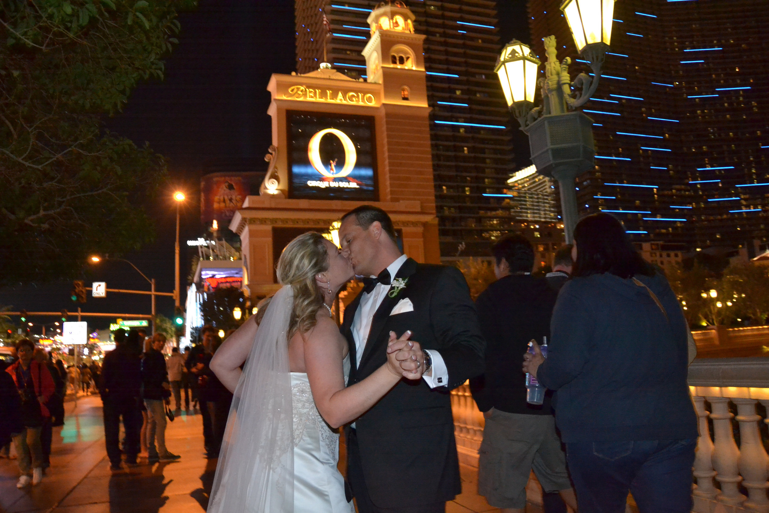 Bride and groom kiss in Vegas.