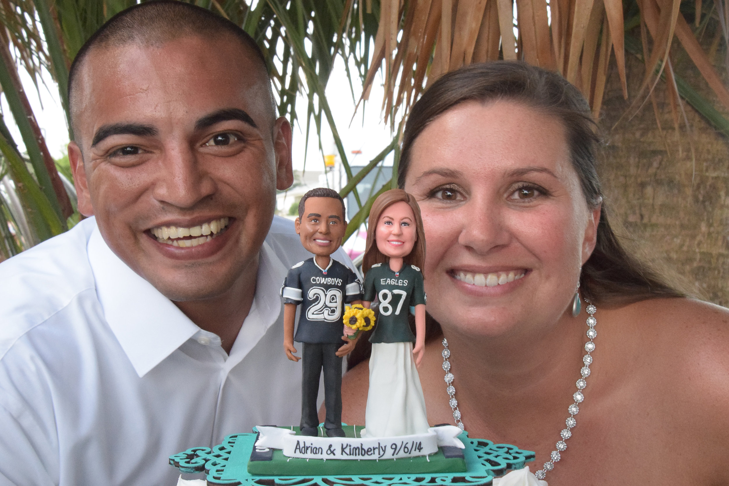 Bobbleheads with bride and groom.
