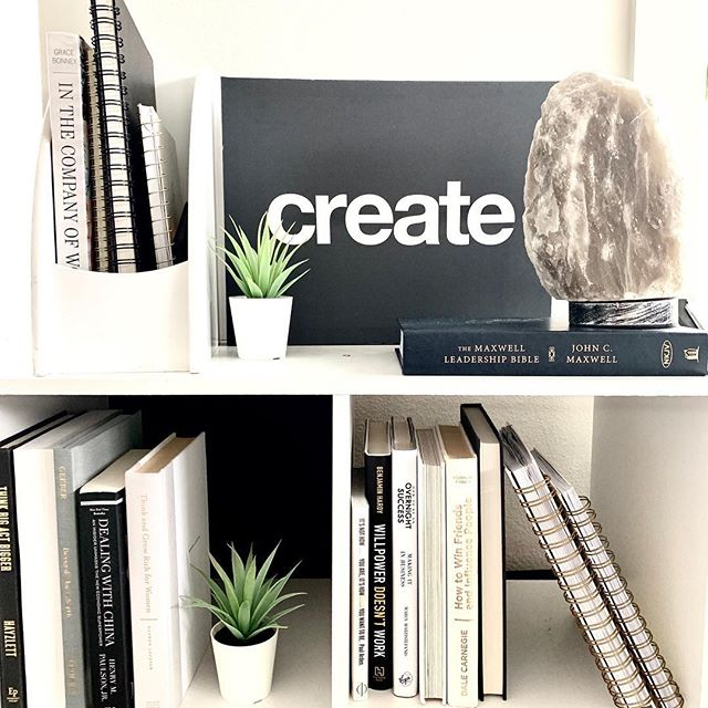 Sundays are made for #creativity #dreaming and #planning 💫 • • #onmydesk #deskorganization #smallbusinessowner #financialcoach #moneymanagement #cfo #atxsmallbusiness #intentionsetting