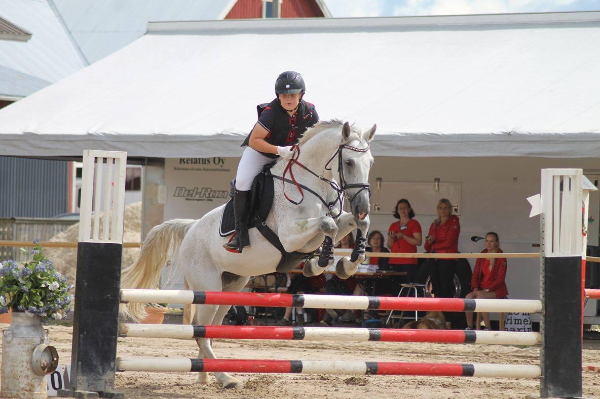 KoruMies Arvi valmentautuu ja kilpailee omalla hevosellaan Valkolla.