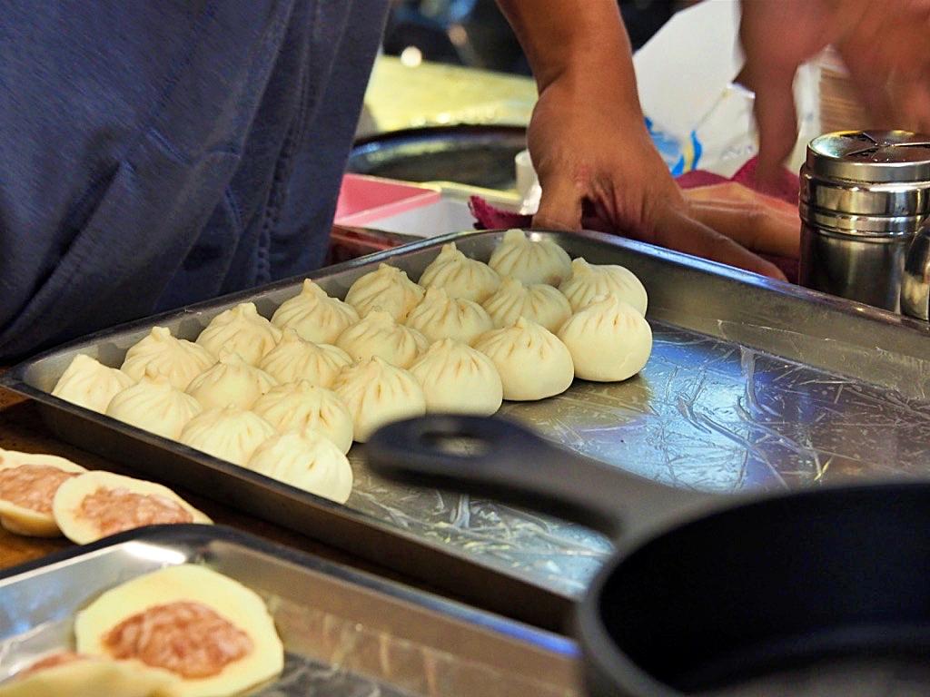 Steamed bau Taiwan night market.jpg