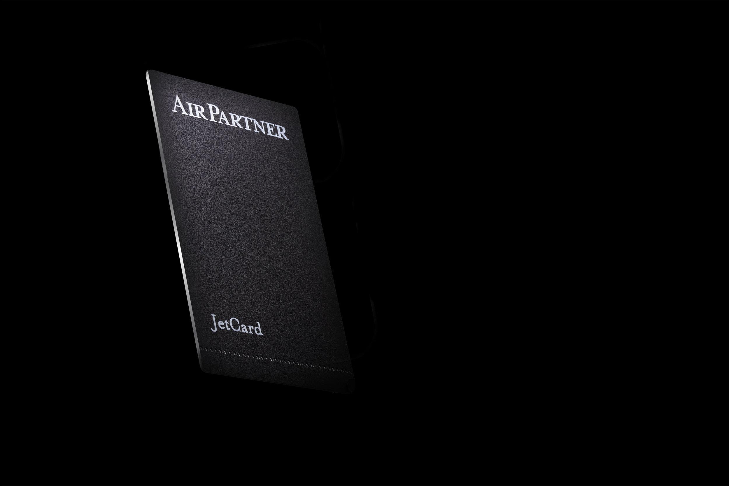 SIMPLE D'UTILISATION:ACHETEZ DES HEURESDE VOLÀ L'AVANCE ETVOLEZ COMMEVOUSLE SOUHAITEZ ! - La JetCard vous permet d'acheter 25 heures de vol ou plus à l'avance parmi un choix de 6 catégories de jets, avec une disponibilité garantie