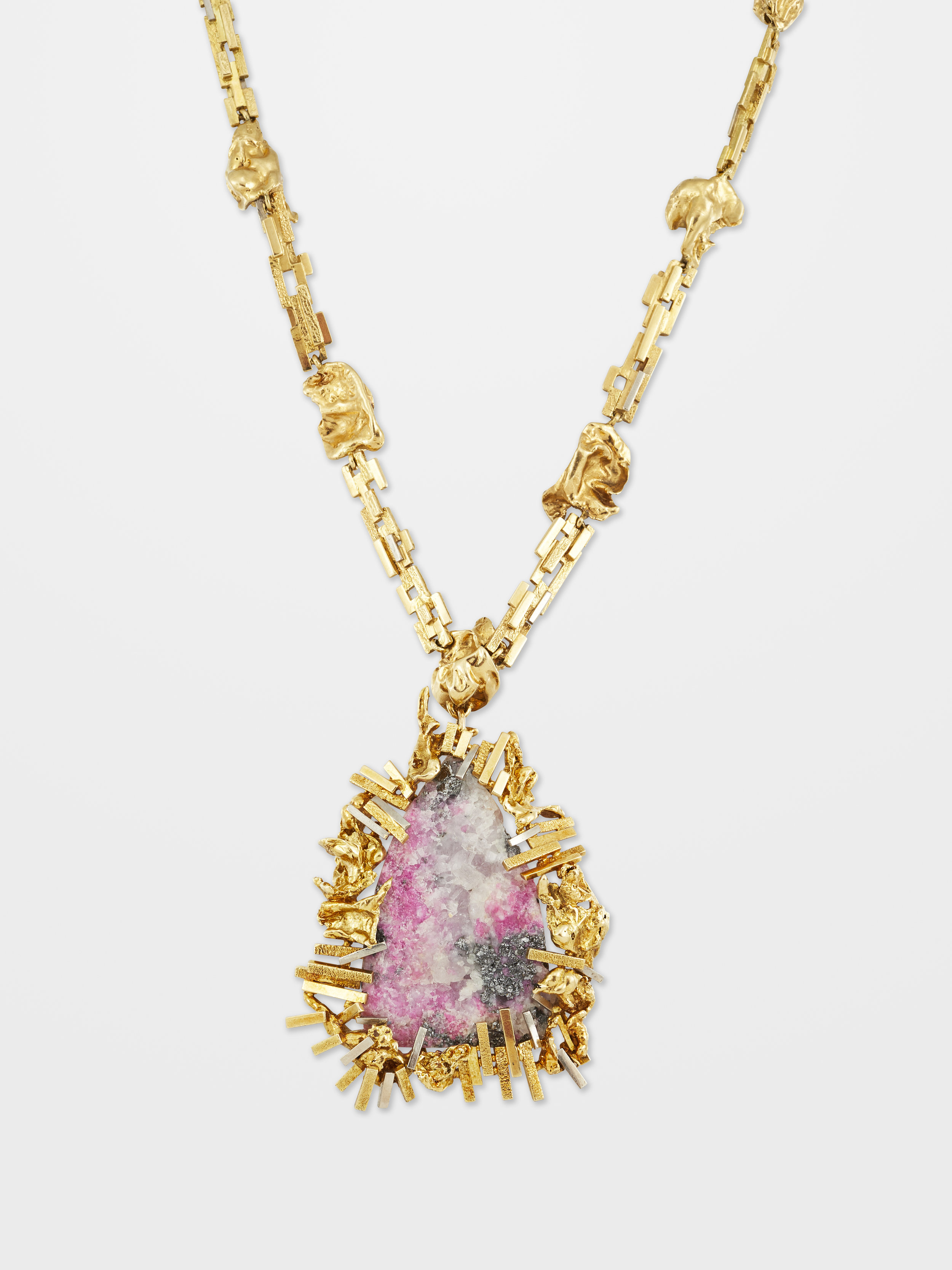 Gilian Packard (England 1938-1997)A rhodochrosite, calcite and pyrite two tone gold pendant on detachable long chain, 1967, English - Maker's mark GEPLondon hallmarks on bothWeight pendant: 59.6grams, chain: 74.9gramsL pendant: 6.8cm, L necklace: 65.7cm
