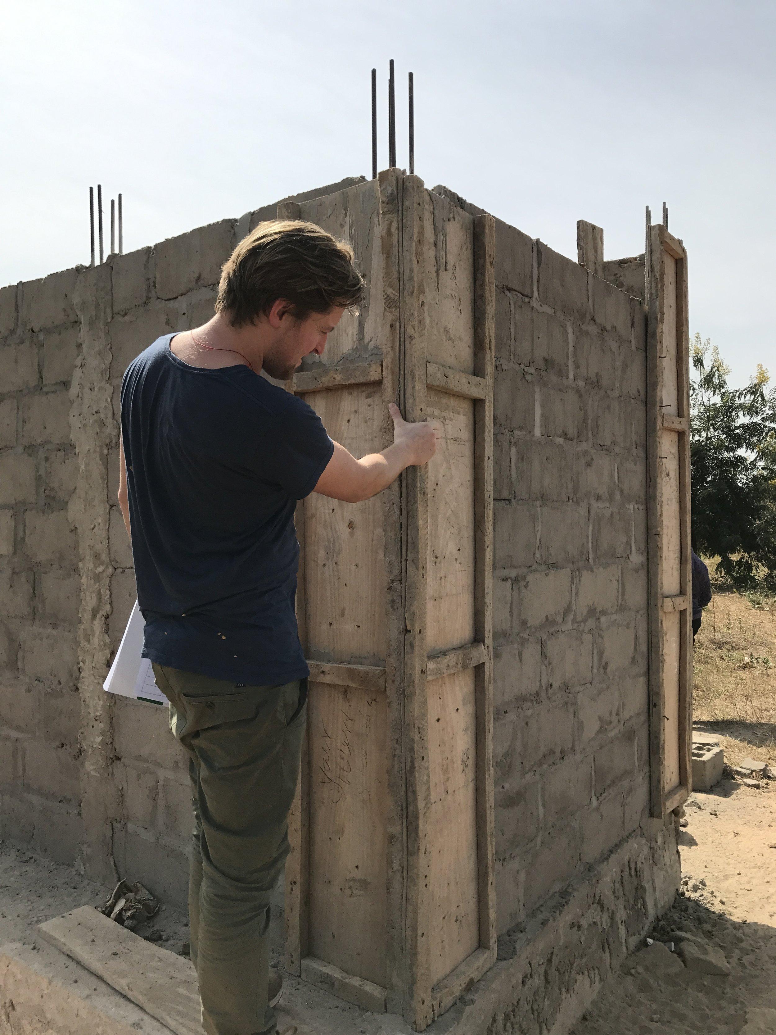 inspectie van een verbetert latrine ontwerp