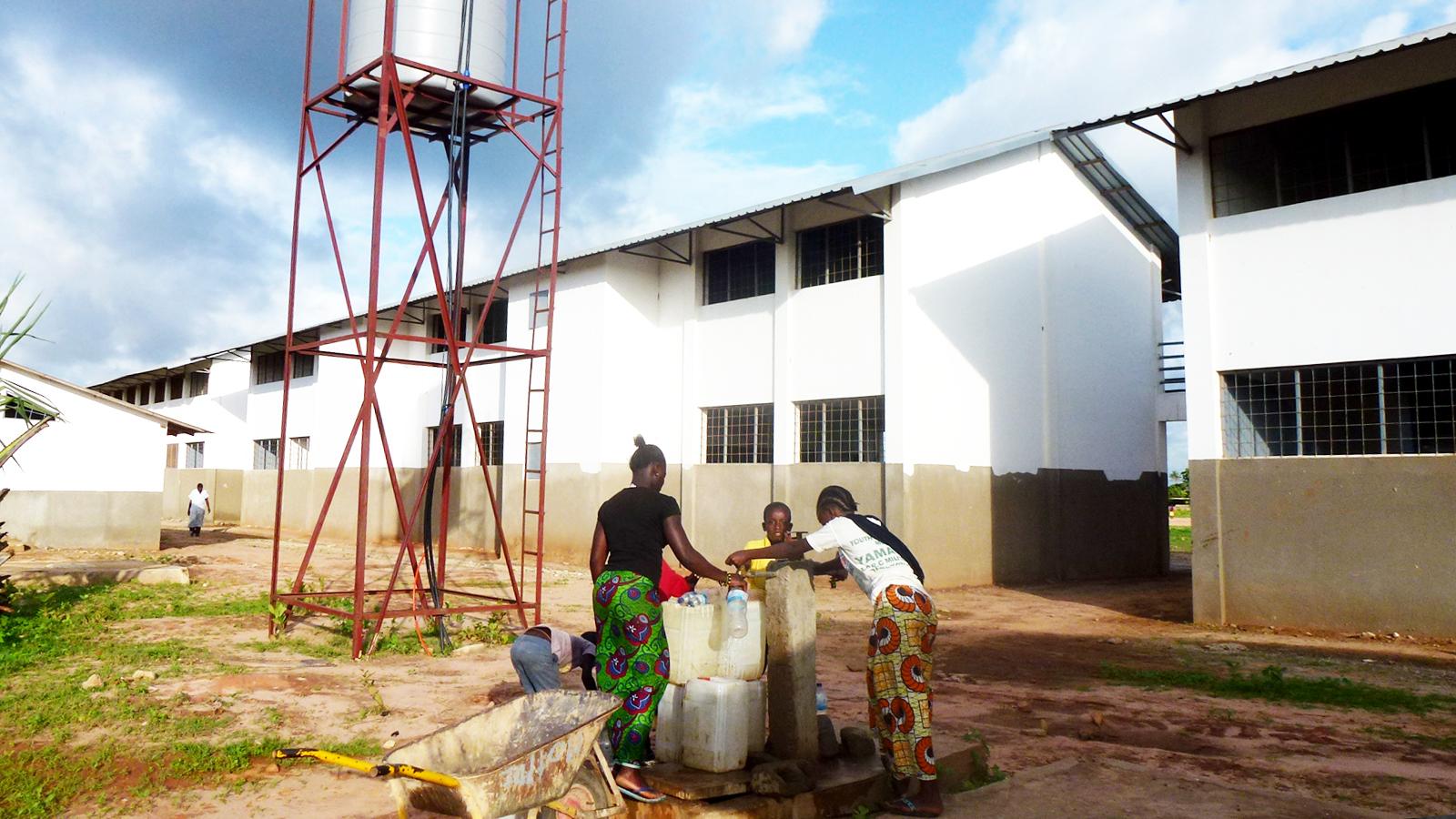 de waterinstallatie van de school die het dorp beheert