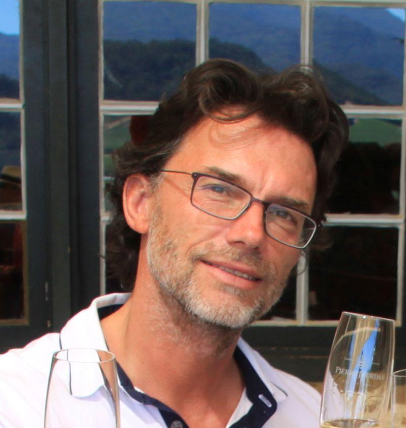 NICOLAS JOURDAN - Luft- und Raumfahrtingenieur, verheiratet, wurde am 01/03/1967 geboren. Nicolas plant sein Netzwerk zu Airbus in der Nähe von Toulouse mit dem Weingut zu verbinden. Er möchte sein Ingenieurswissen nutzen, um die Weinproduktion voranzutreiben und zu erhöhen, nach Innovation zu suchen, die dem Weingut helfen können, die selbstgesteckten Ziele zu erreichen und den Betrieb mit Michel zusammen zu führen. Er ist derzeit dabei ein französisches Diplom zum Weinanbau und Verarbeitung zu erlangen (BPREA), welches zu Ende des Jahres 2017 geplant ist.