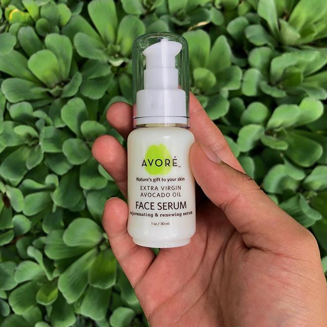 The peptides, botanical extracts and hyaluronic acid in our Face Serum aid in repairing damaged skin.