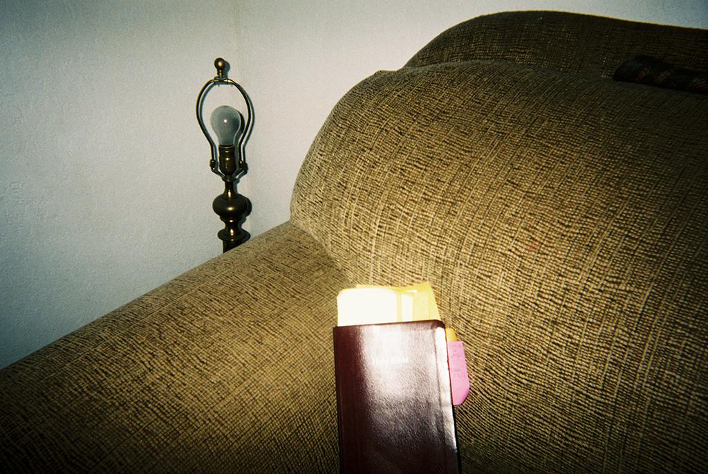 Light Shining on the Word     Even though the lightbulb had blown out, the light was still on the word (my bible).      Iluminación de la palabra   A pesar de que el foco se había quemado, la luz aún iluminaba la palabra (mi biblia).