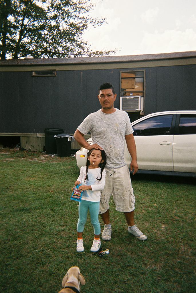 El Padre Y La Hija     Lo importante que es un papá en la familia.      The Father and the Daughter   A father plays such a huge role in a family.