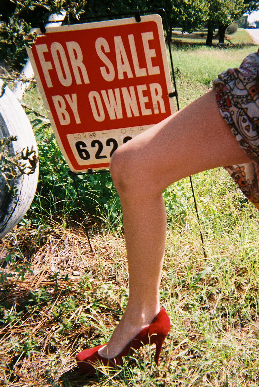 Johns Paid Cash...But He Paid It All     I was once for sale by a pimp/trafficker in your backyard and the neighbor's home you drive by everyday. Did you know? Do you care?      Johns pagó en efectivo...Pero lo pagó todo   Había una vez en la que estaba mi cuerpo en venta a través de un pimp/proxeneta/traficante en tu propio vecindario y en la casa del vecino por la que manejas cada día. ¿Sabías eso? ¿Que acaso te importa?