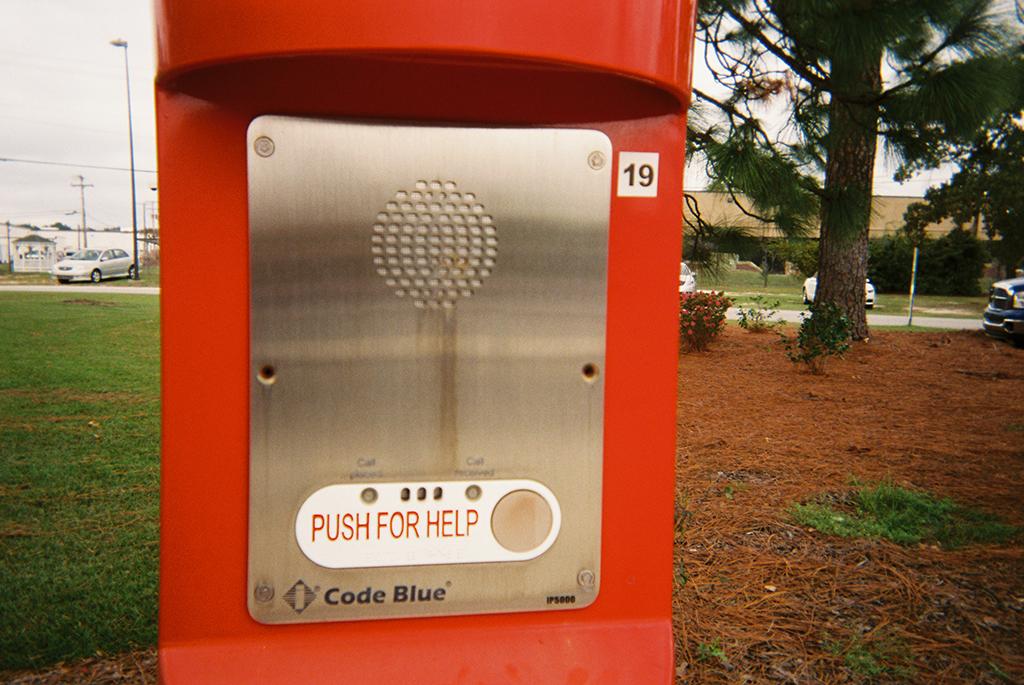 Push for Help     If only a simple button could solve our problems.      Empujar si se necesita ayuda   Si tan solo un simple botón pudiera arreglar nuestros problemas.