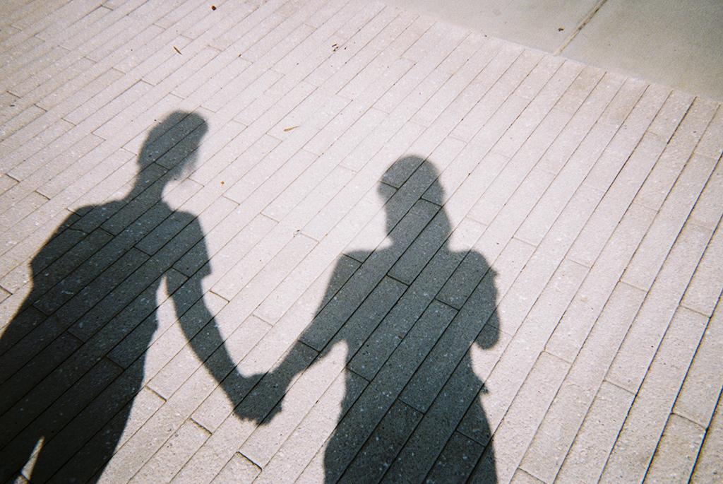 Sisterhood     As a woman, it's important to lift up our sisters and stand hand in hand.      Hermandad   Como mujeres, es esencial que sepamos levantar los espíritus de nuestras hermanas, tomarnos de la mano y apoyarnos.
