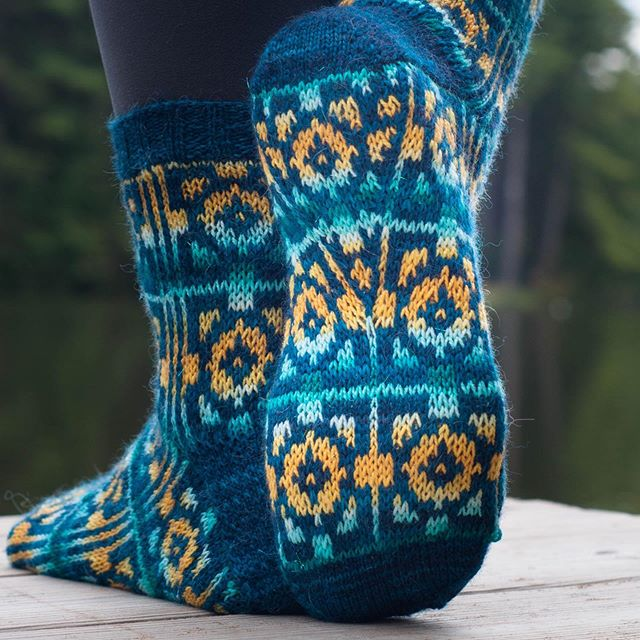 🎣Lakeside Retreat is now available! Get the pattern for ONLY $1 with code GETAWAY through July 6th (EST)!🎣 : : This top-down colorwork sock uses the incredible self-striping sparkle @biscotteyarns paired with a solid to create a dazzling effect. The socks feature a gusset in the bottom of the heel, creating socks that look good from every angle! Whether headed out or staying in, enjoy your very own Lakeside Retreat! 💙 : : Model credit: @tellybeanknits 😘 Backdrop credit: @intothewoolfiberretreat : : #patternsale #lakesideretreat #lakesideretreatsocks #biscotteyarn #paperdaisycreations #selfstriping #selfstripingsockyarn #sockknitting #sockknitter #sockknittingaddict #yarn #yarnlove #strikke #strikkesokker #knittersoftheworld #tricot #knitspiration #knititall #knitknitknit #fiberista #knitlove #knitdesign #fairisle #strandedcolorwork #lakelife #zk2019 #topdownsocks