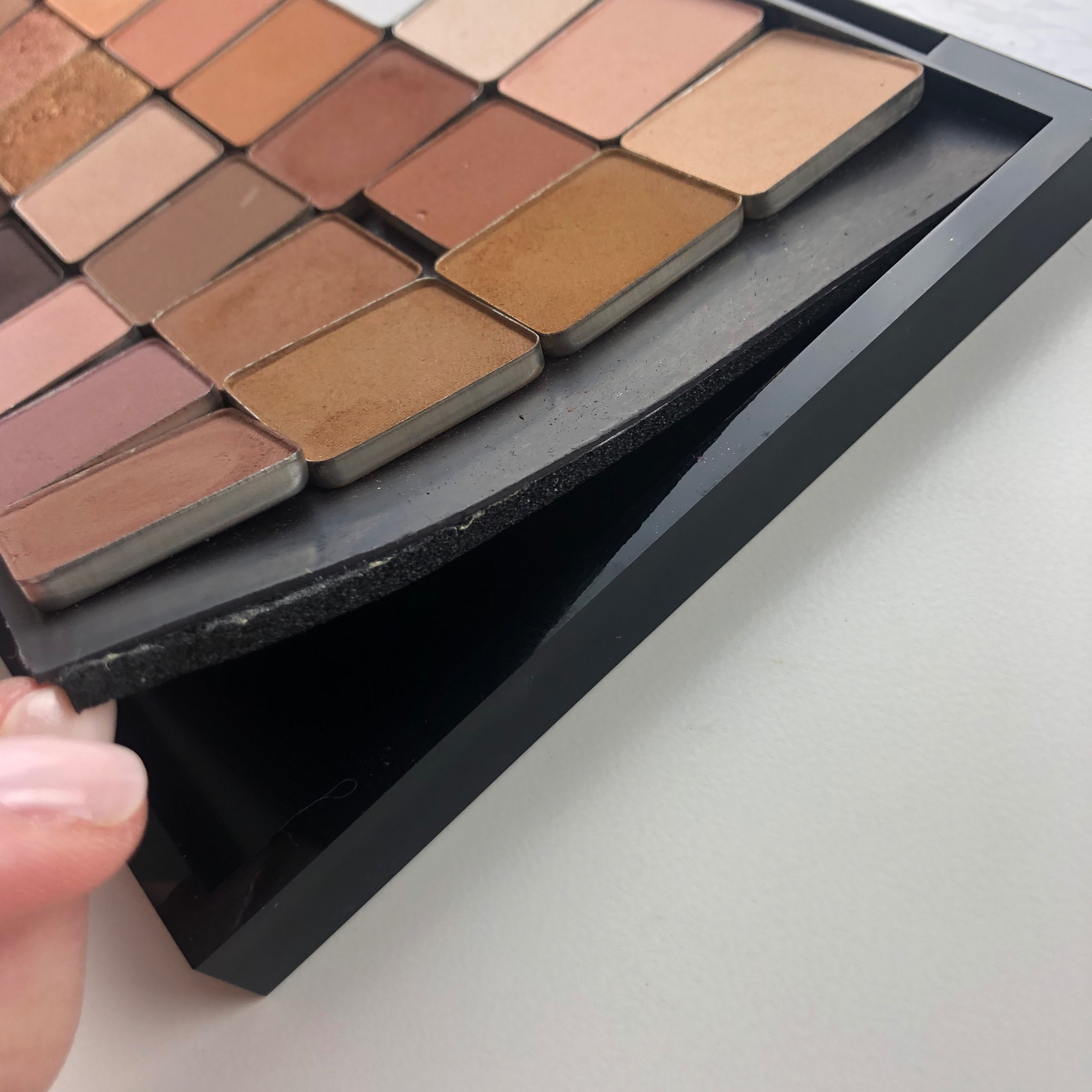 Magnetic sheet + neoprene lining in a MAC large pro palette