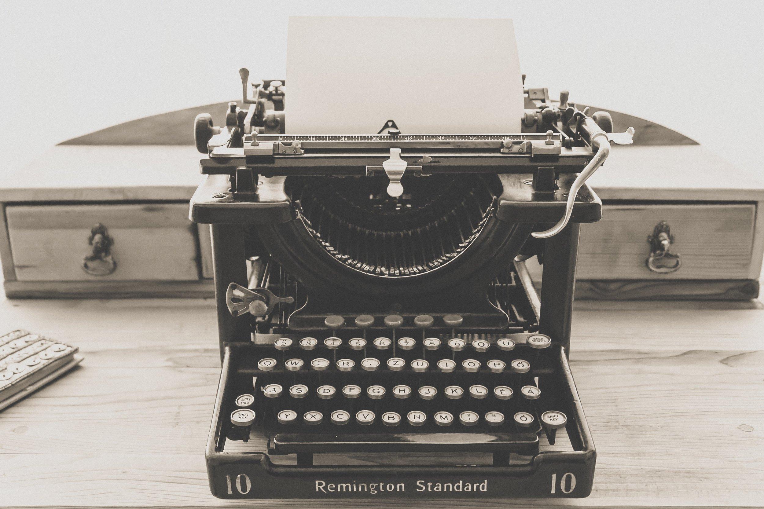 typewriter-vintage-old-vintage-typewriter-163116.jpg