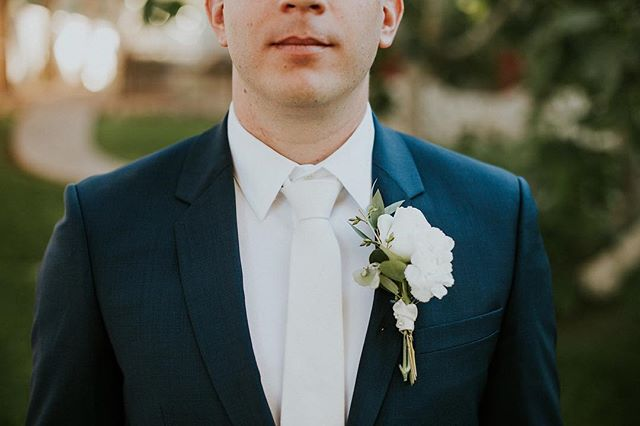 We ❤️ these shots of the groom! How perfect is everything?! The suit, the shot, the boutonnière 😉 we would love to provide florals for your wedding, so contact us today to reserve your day! Thanks for the picture @cydneyphotography