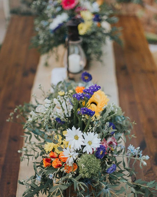 Simple, sweet, rustic flowers 💐 are perfect for a backyard wedding! Message us today to reserve your wedding day and meet with our floral designer 📸 @janaeball.images