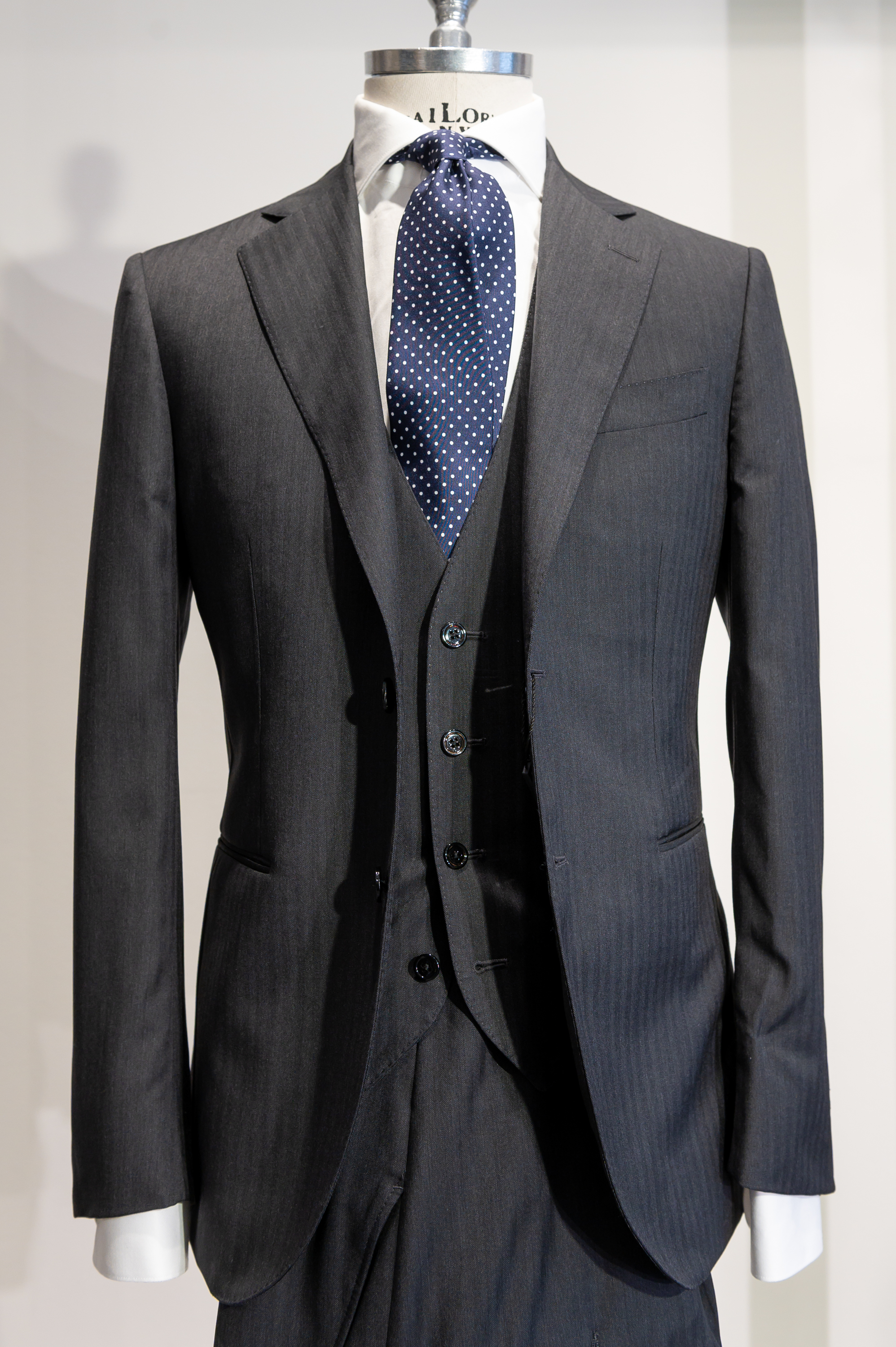 DONOVAN  Blue Tuxedo   6900 Sek   Shawl collar Tuxedo in 100% wool, s130 from full lined, half canvas, 2 jetted pockets, double vents.