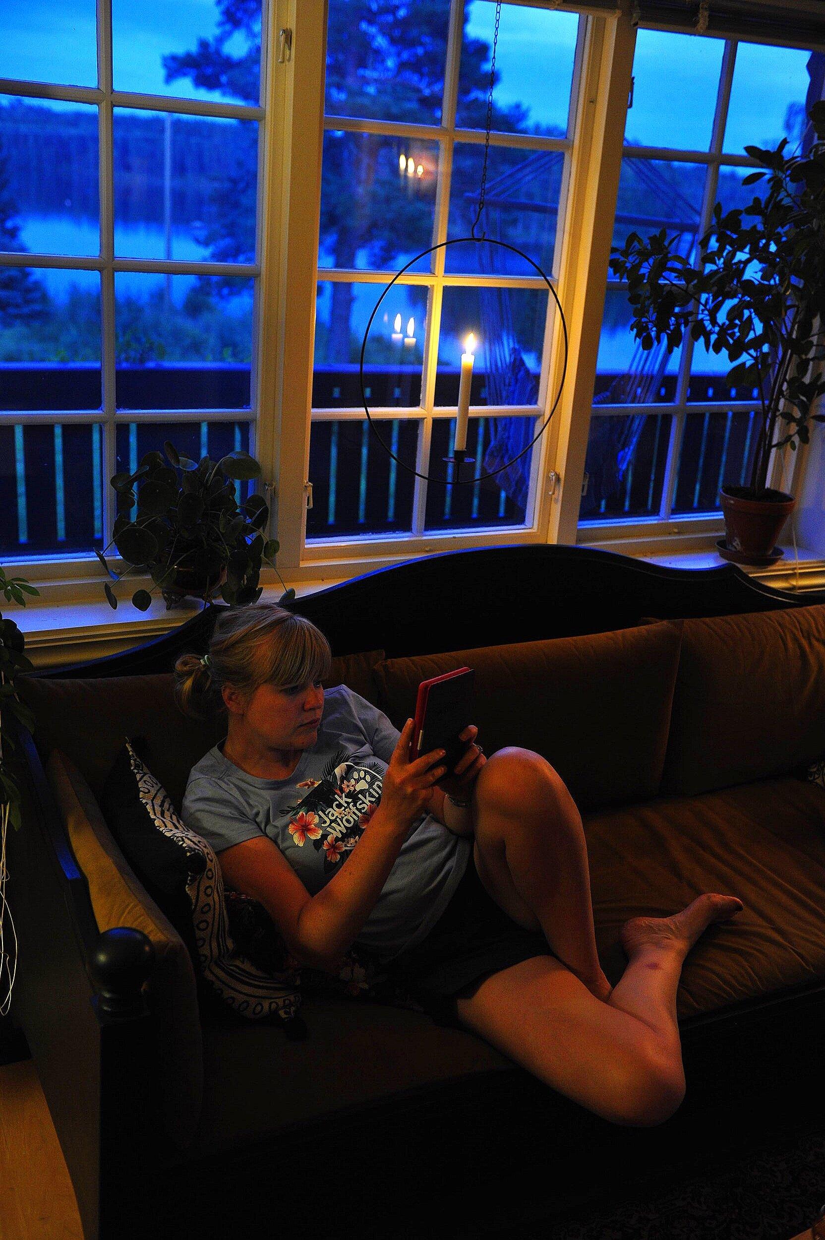 Met de Kindle in Zweden. Ook een scherm, maar dan minder schadelijk.