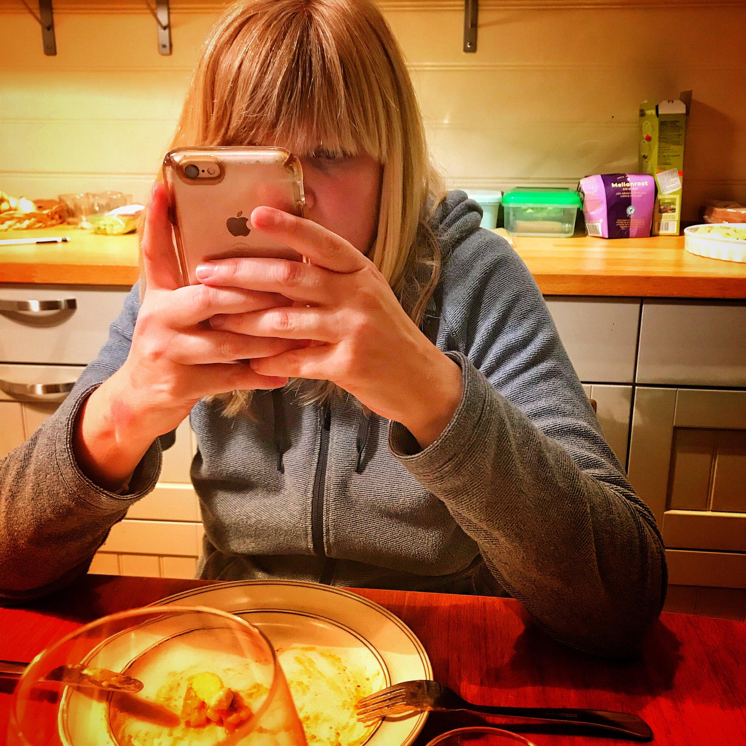Anouck met haar geliefde smartphone. Pre-experiment welteverstaan.