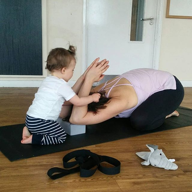 This week at Mums & Movers Yoga we worked on mobility for the chest and shoulders. Check out this mumma receiving a great adjustment from her little! _ Join us in Cambourne next Tuesday (April 2nd) from 1-2pm. Contact lauradyet@childs-pose.com for details. _ #yoga #postpartumyoga #postpartumfitness #postnatalyoga #postnatal #postpartum #motherhood #cambourne #cambridgeshire #yogawithkids