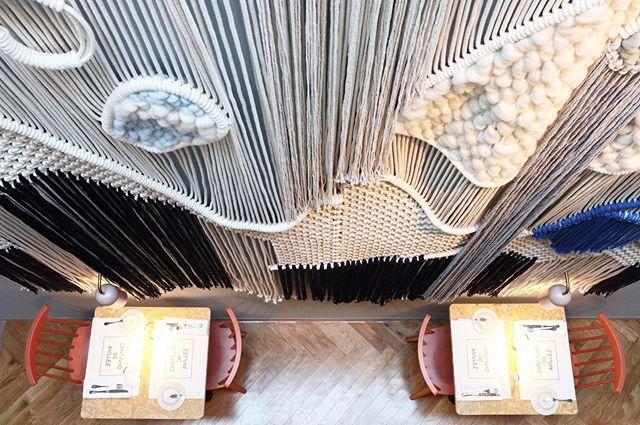 Foram 21 dias de trabalho consecutivo, 3km de cordão de algodão, outro tanto de barbante, e quase 4kg de mecha de lã. O resultado foi uma paisagem têxtil de 3x4 metros, que agora faz parte do novo Cantinho do Avillez em Cascais. O projeto de arquitetura de interiores é do Studio Astolfi. • • 📸 @giradiscosestragados • • #boredbeardedman #barbudoaborrecido #cantinhodoavillez #paisagemtextil #textilelandscape #macramemakers #macramemovement #modernmacrame #weaving #weavingportugal #makersmovement #makersgonnamake #makersvillage #wanderlust #crafts #craftsmagazine #10