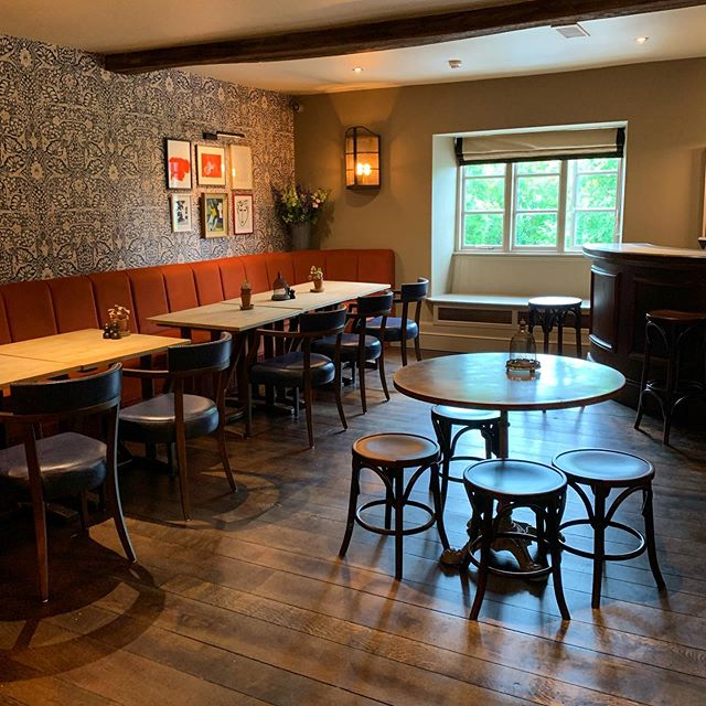 So our newly refurbed upstairs is looking rather swish... The perfect space to gather some friends for a private rendezvous. 🥂 . . . #refurb #lookingswish #partyspace #cotswoldpub #pubinteriors #countrycreatures #freshnewlook #thechequerschurchill