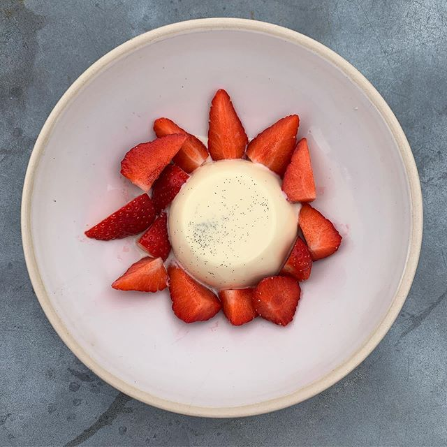 Is Panna Cotta not the perfect finale to any great lunch or supper? 🍓 . . . #pannacotta #perfectpudding #pudding #classic #simplepleasures #countrypub #cotswoldpub #countrycreatures #thechequerschurchill