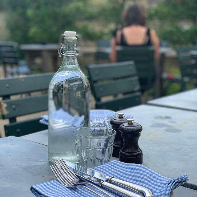 7pm and still warm enough to eat in our lovely garden... . . . #alfresco #summertime #summereating #summermenu #fromwhereisit #cotswoldpub #visitcotswolds #publife #pubgarden #countrycreatures