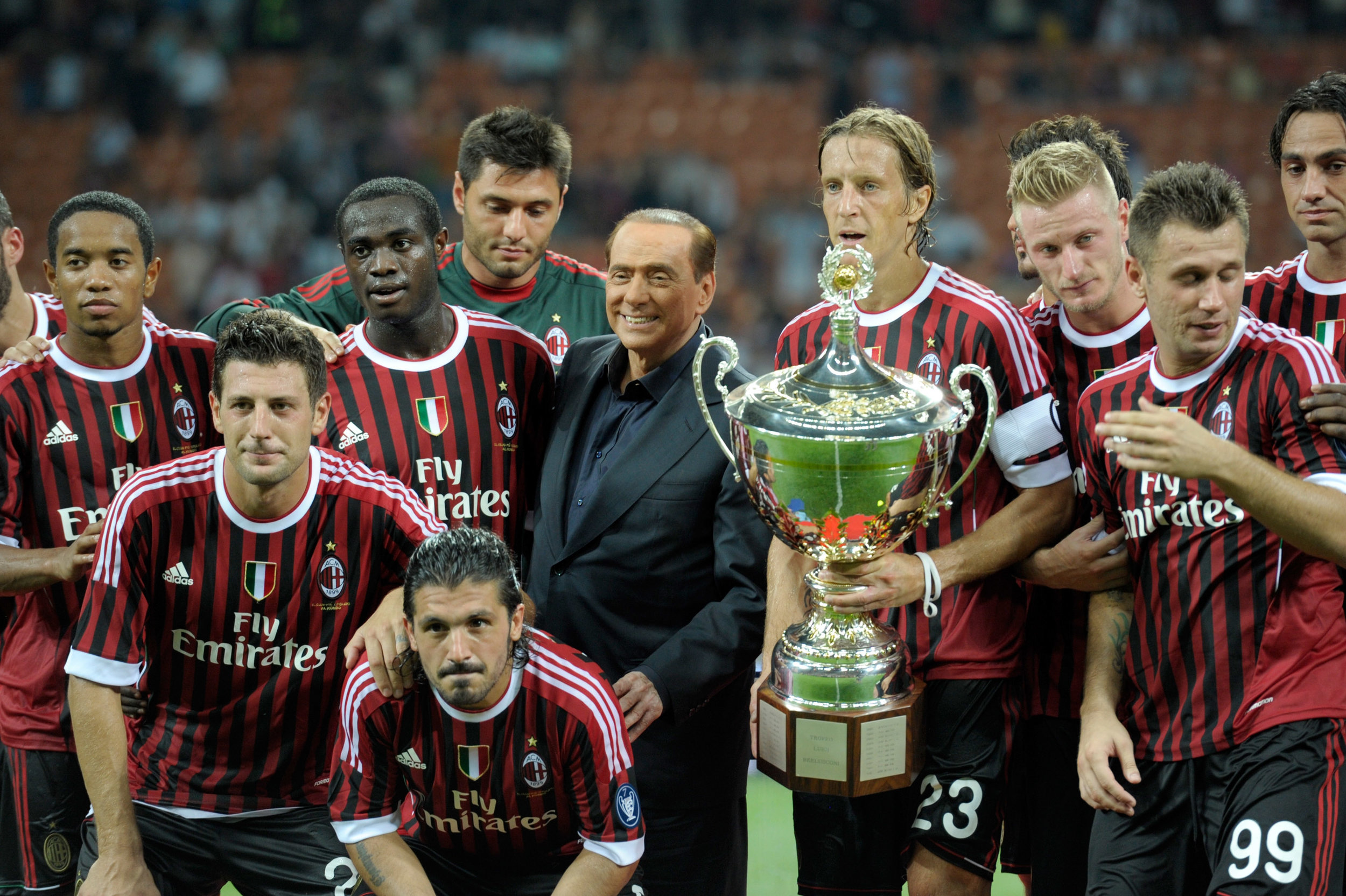 Silvio Berlusconi and the players of AC Milan celebrate winning the 2011 Berlusconi Trophy match between AC Milan and Juventus FC. Photo by Claudio Villa/Getty Images