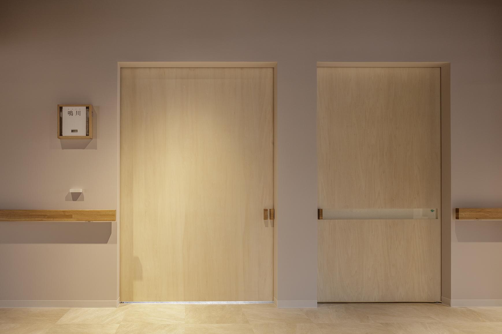 各部屋の扉の横に設置。ブロックが1つの部屋は401を意味しており、407まで増えていく。